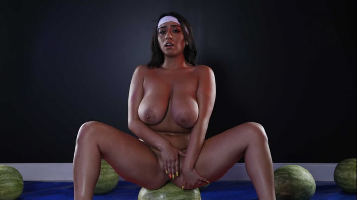 Violet Myers in Wetter Melons